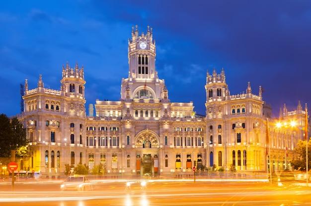 Vista del palacio de cibeles in serata. madrid