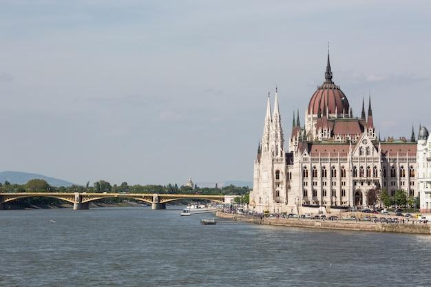 Vista del parlamento e della città di pest. splendido paesaggio urbano primaverile di budapest