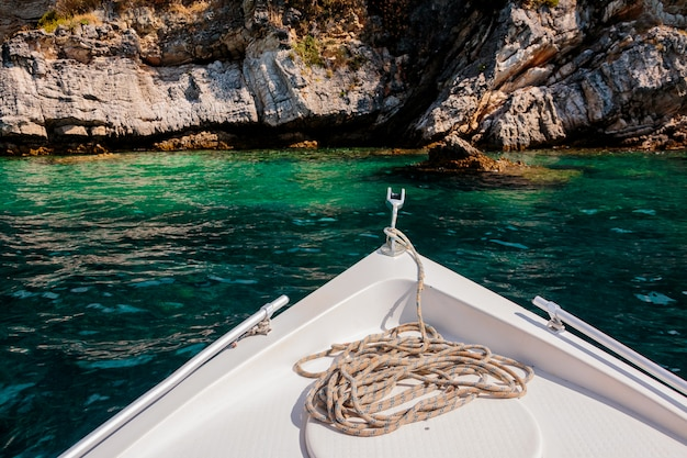 Vista del periodo estivo dalla passerella dell'yacht sulla scogliera rocciosa