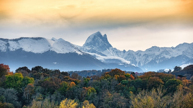 Vista del pic du midi ossau in autunno, pirenei francesi