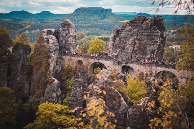 Vista del ponte bastei e del pianoro di lilienstein. paesaggio montano viaggiare per la germania dell'est.