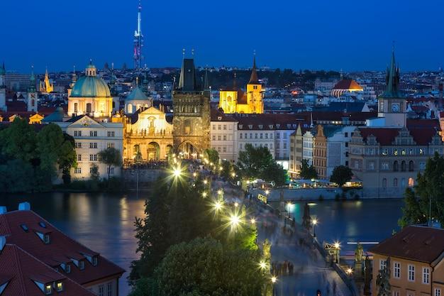 Vista del ponte carlo e sul fiume moldava a praga, repubblica ceca durante l'ora blu,