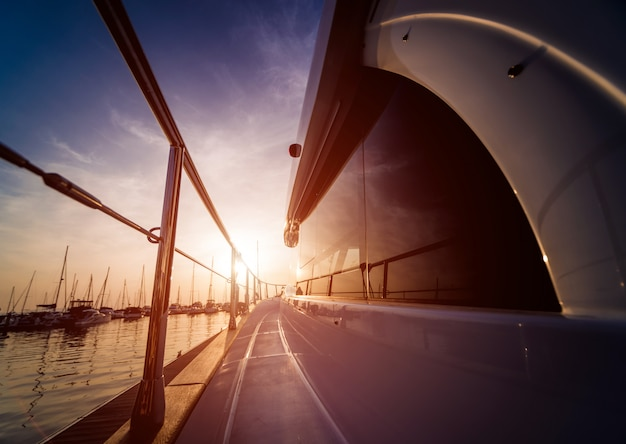 Vista del porto con dettagli di yacht. bel cielo al tramonto nella baia marina.