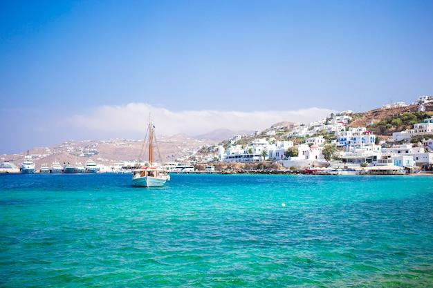 Vista del porto della città di mykonos dalle colline di cui sopra a mykonos, cicladi, grecia