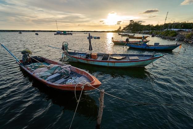 Vista del porto di pesca tramonto latinos c'è un approdo in barca.