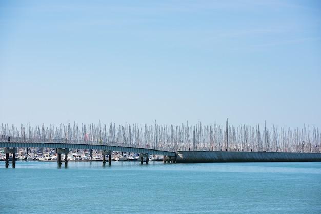 Vista del porto turistico di la rochelle, francia