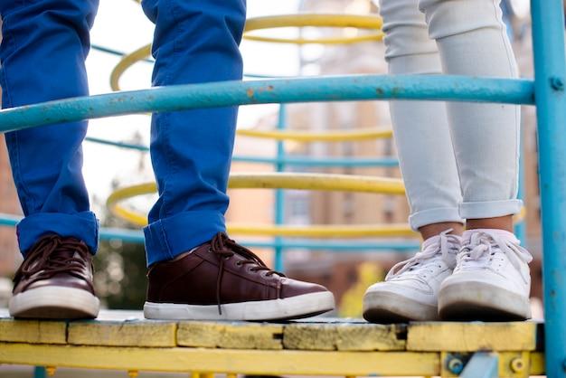Vista del primo piano dei piedi del ragazzo e della ragazza