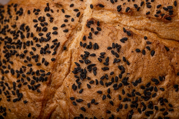 Vista del primo piano dei semi di papavero sul pane della pannocchia per gli usi del fondo
