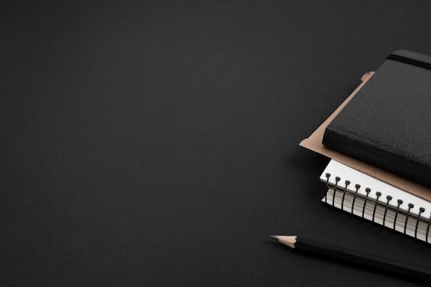 Vista del primo piano del concetto di buio dello scrittorio