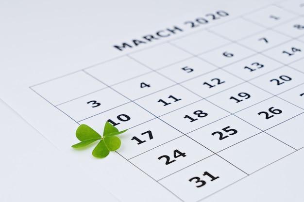 Vista del primo piano del foglio del calendario di carta con la data selezionata il 17 marzo