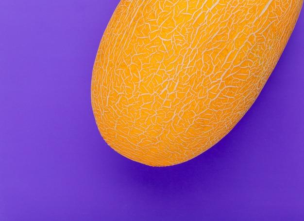 Vista del primo piano del melone su fondo porpora