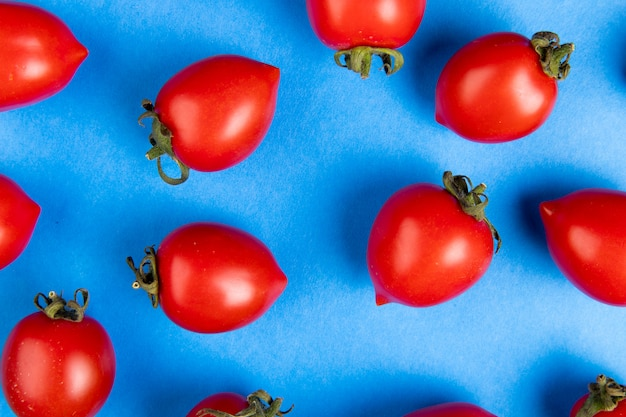 Vista del primo piano del modello dei pomodori su superficie blu