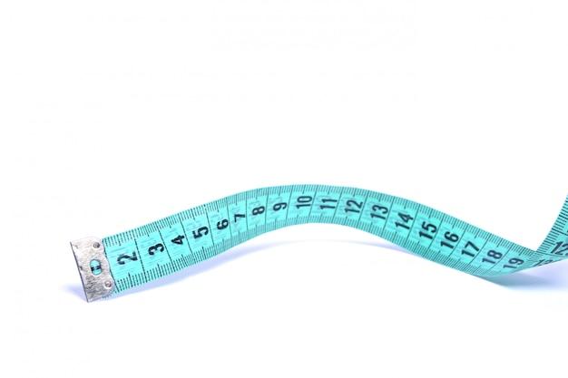 Vista del primo piano del nastro di misurazione blu isolato sopra fondo bianco