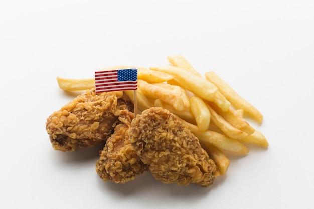 Vista del primo piano del pollo e delle patate fritte