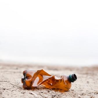 Vista del primo piano del sacchetto di plastica su terra