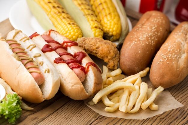 Vista del primo piano dell'hot dog e delle patate fritte