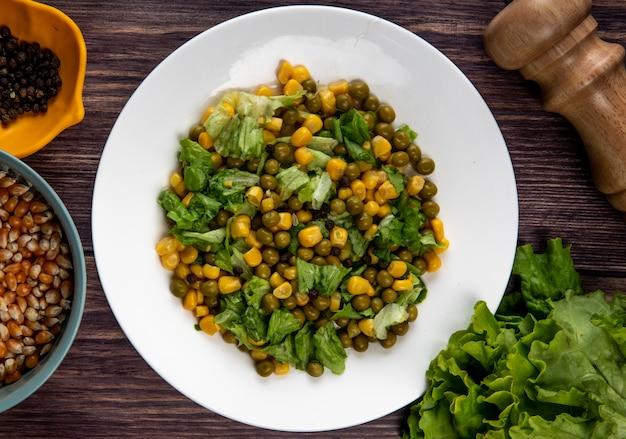 Vista del primo piano dell'insalata di cereale con i semi e la lattuga del pepe nero dei semi del cereale sulla tavola di legno