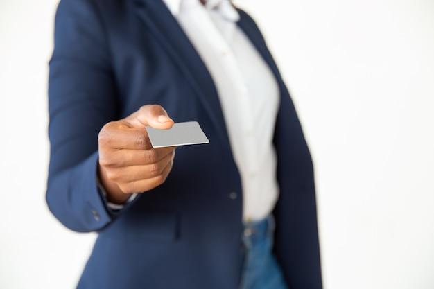 Vista del primo piano della carta della tenuta della donna di affari