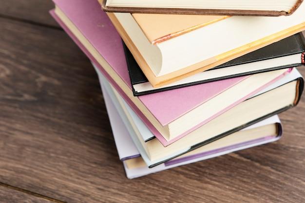 Vista del primo piano della disposizione di libri sulla tavola di legno