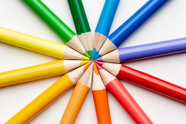 Vista del primo piano della disposizione variopinta delle matite