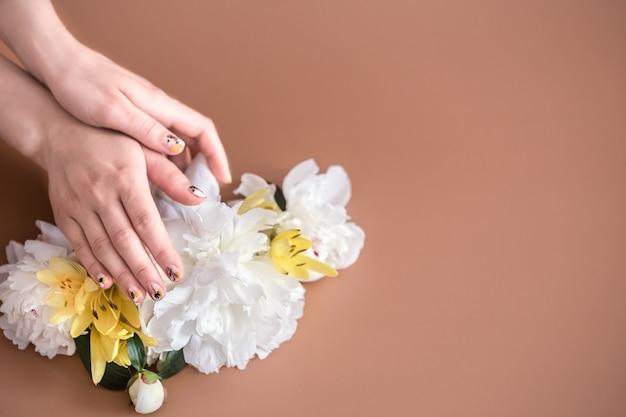 Vista del primo piano della donna con belle mani sul colore di sfondo, spazio per il testo. trattamento spa