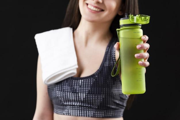 Vista del primo piano della donna con la bottiglia di acqua