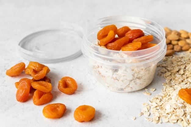 Vista del primo piano della frutta e dei cereali secchi