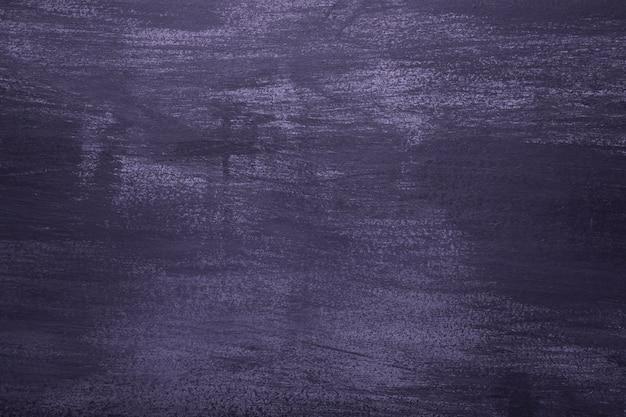 Vista del primo piano della parete viola dell'annata