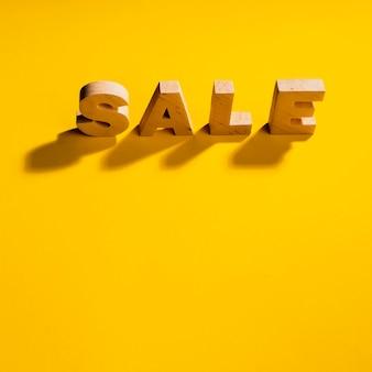 Vista del primo piano della parola di vendita su fondo giallo