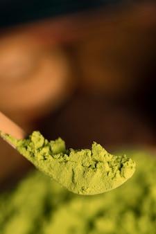 Vista del primo piano della polvere asiatica del tè verde