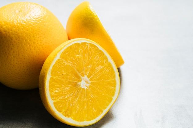 Vista del primo piano della vista arancio su fondo normale