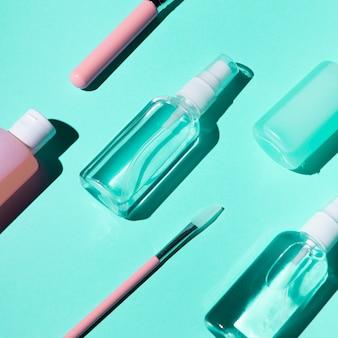 Vista del primo piano delle bottiglie e delle spazzole su fondo blu