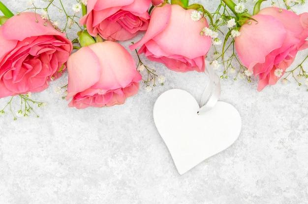 Vista del primo piano delle rose e del cuore rosa