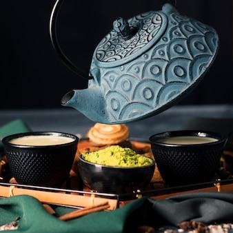 Vista del primo piano di cerimonia del tè dell'asia