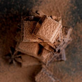 Vista del primo piano di cioccolato con cacao in polvere