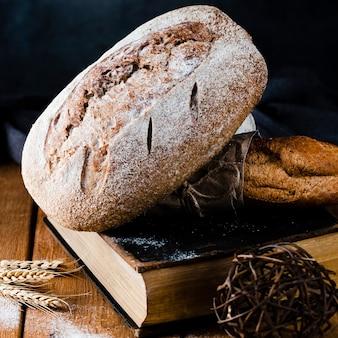 Vista del primo piano di pane e baguette su un libro