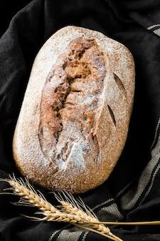 Vista del primo piano di pane e di grano sul panno