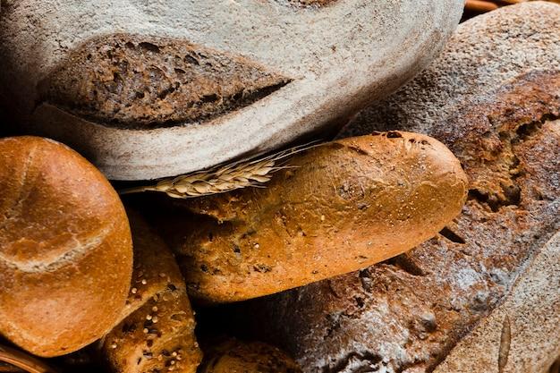 Vista del primo piano di pane e di grano