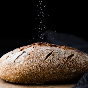 Vista del primo piano di pane e di panno nero
