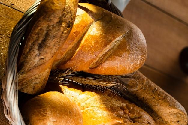 Vista del primo piano di pane in un cestino