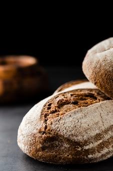 Vista del primo piano di pane su fondo nero