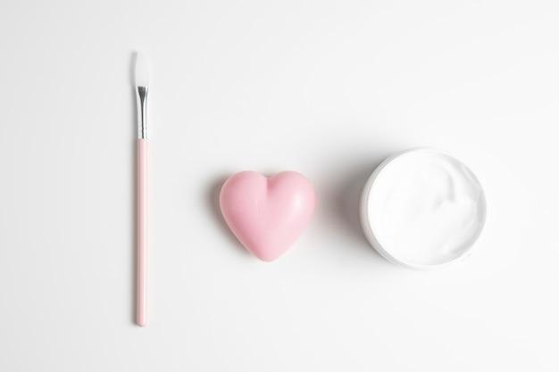 Vista del primo piano di sapone e crema naturali