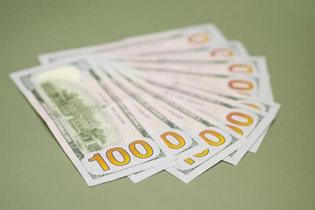 Vista del primo piano di soldi sulla tabella