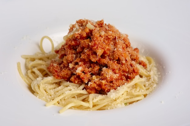 Vista del primo piano di spaghetti con carne macinata fritta