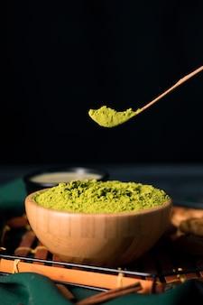Vista del primo piano di tè verde in polvere tradizionale