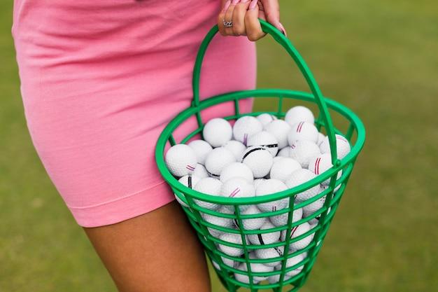 Vista del primo piano di un cestino di golf