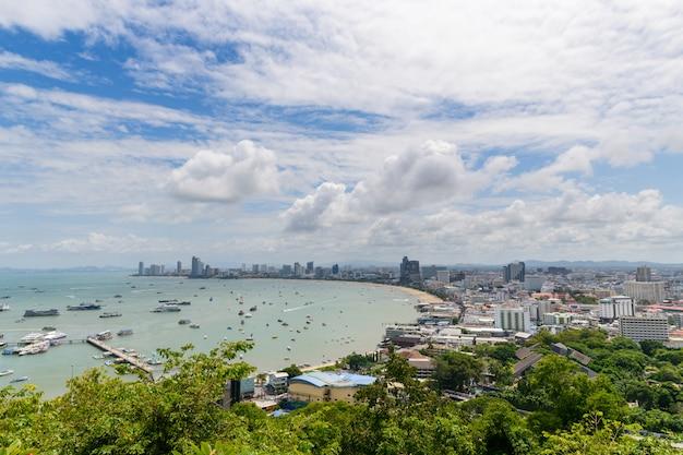 Vista del punto di vista della baia di pattaya dalla collina di pratumnak.