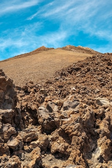 Vista del ritratto del picco del teide con formazione di pietre in primo piano