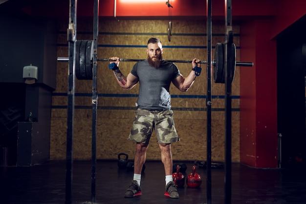 Vista del ritratto di giovane forte muscoloso uomo muscoloso concentrato culturista