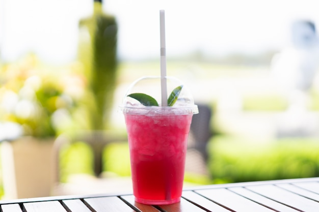Vista del succo di soda stawberry con tè verde in cima.